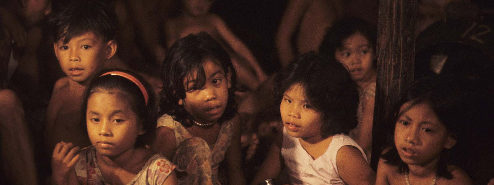 W10059-Dayak-children-in-light-of-fire-stretch